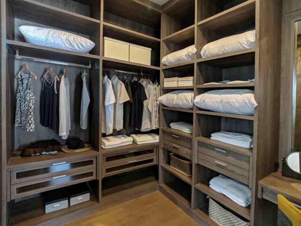 Dulap pentru haine in camera separata