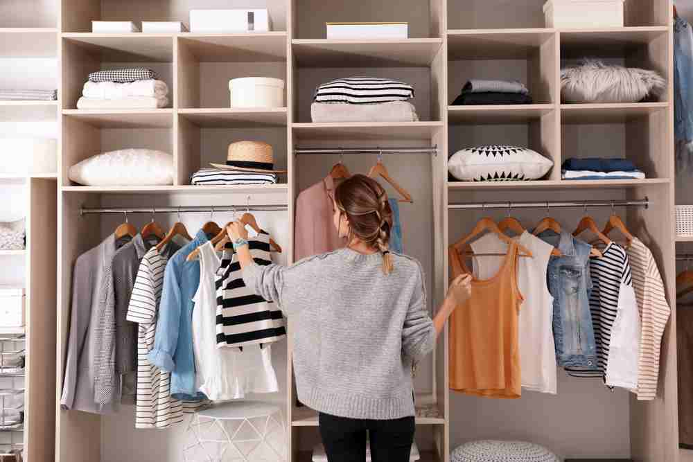 Sortarea hainelor in dressing
