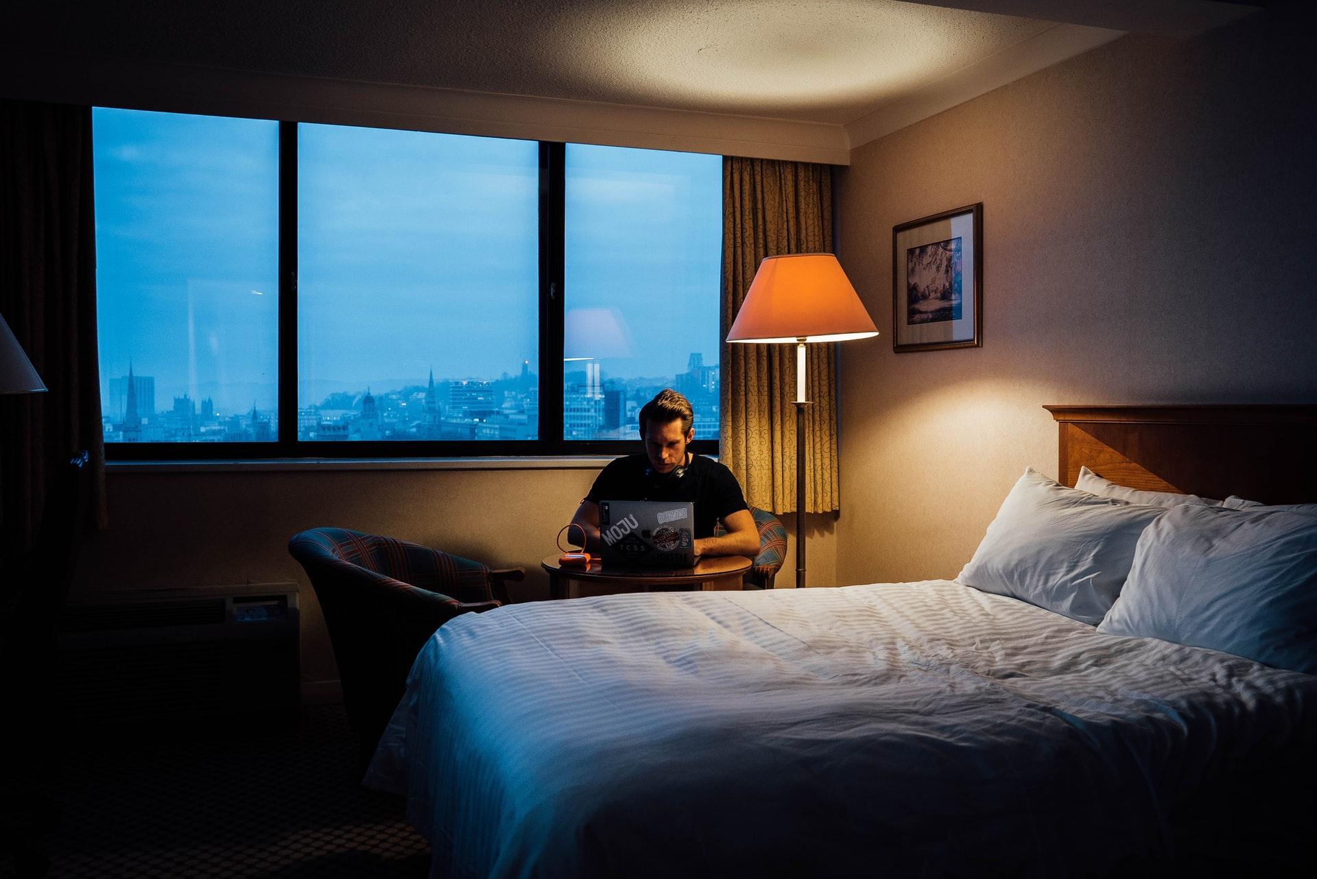 Pandemia ne-a obligat sa mutam biroul, acasa, uneori chiar in dormitor