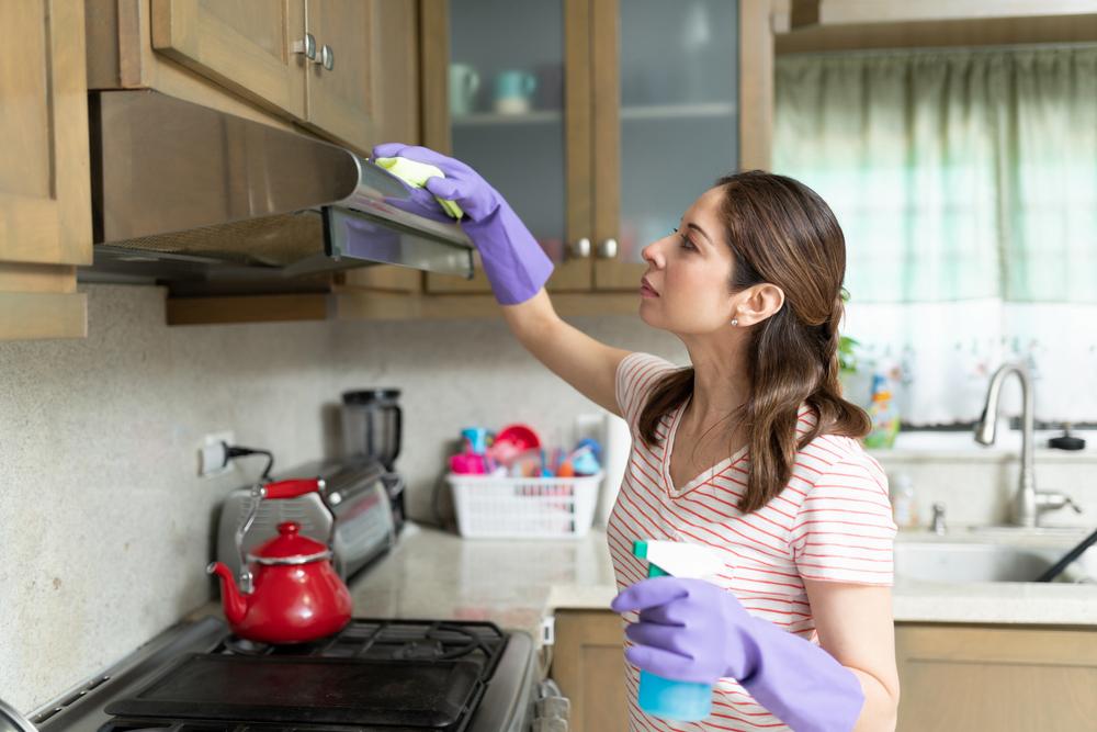 ce-solutii-folosesti-pentru-curatarea-hotei-din-bucatarie